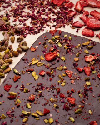 Sabor, aroma y crujiente textura de nuestro nuevo #ThinBark de delicioso chocolate 70% cacao con inclusiones de fresas deshidratadas, pistacho y pétalos de rosas.  #Kahkow #KahkowLovers #KahkowParaTodos