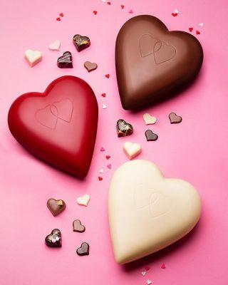 Nuestros corazones son para todos los gustos, hechos de chocolate blanco vegano 39% y 62% cacao.  Puedes ordenarlos pintados y sin pintar.  ¿Cuál es el tuyo?  #Kahkow #KahkowLovers #KahkowParaTodos