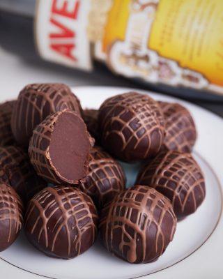A tu día no le puede faltar ese toque exquisito de nuestra trufa de Amaro Averna con el delicioso chocolate de colección especial #WestIndianKahkow.  #Kahkow #KahkowLovers #ChocolateDominicano #ChocolateArtesanal #Creaciondelmes