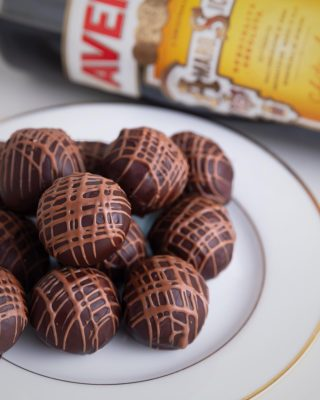 Aún estás a tiempo de disfrutar de nuestra deliciosa trufa de Amaro Averna y #WestIndianKahkow, te esperamos hoy en @kahkowexperience @bluemallsd y @bluemallpc.  #Kahkow #KahkowLovers #ChocolateDominicano #ChocolateArtesanal