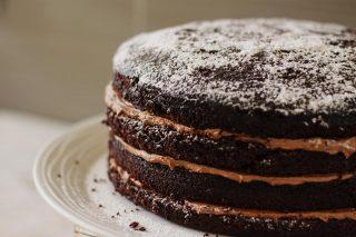 Recetas para darle un toque especial a tu fines de semana con nuestro Pastel de chocolate con crema de mantequilla.  Visita nuestro blog para que puedas descubrir la receta completa www.kahkow.do/blog.  #Kahkow #KahkowLovers #KahkowArtesanal