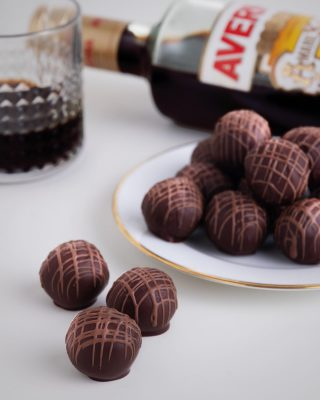 Iniciamos el año con lo que nos gusta y es creando muchas delicias para tu paladar, como la #Creaciondelmes, trufa de Amaro Averna con nuestra exquisita tableta de colección especial #WestIndianKahkow.  Disfrútalo en nuestras tiendas @kahkowexperience @bluemallsd y @bluemallpc.  #Kahkow #KahkowLovers #ChocolateDominicano #ChocolateArtesanal