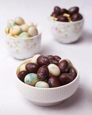 El regalo perfecto de Pascua son nuestros pequeños y deliciosos huevos mini.🐰🥚  Disponibles en nuestras tiendas, a través de www.kahkow.do y al WhatsApp 829-292-5311.  #Kahkow #KahkowLovers #ChocolateArtesanal #ChocolateDominicano #HuevosdePascua