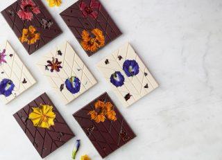 Nuestra intención es sorprenderlas con lo que más les gusta. Para ella creamos estas deliciosas tabletas de chocolate blanco vegano y chocolate negro con inclusiones de flores comestible. 🌷🥰  #Kahkow #MadreKahkow #KahkowLovers #ChocolateArtesanal #ChocolateDominicano