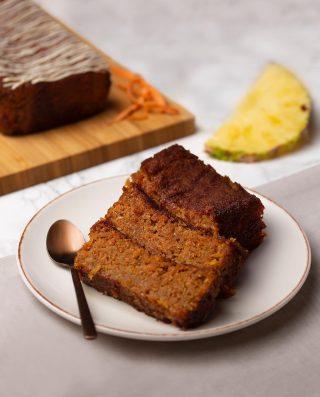 Hoy es un día para atreverse a lo diferente y la mejor manera de hacerlo es disfrutando nuestro suave, dulce y esponjoso bizcocho de zanahoria y piña.  Puedes ponerle el topping perfecto, ¿Chocolate blanco o chocolate negro? 🤔😍  #Kahkow #KahkowLovers #ChocolateArtesanal