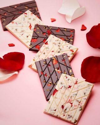 La perfección hecha tableta, así describimos nuestra nueva y exquisita creación de chocolate blanco vegano 39% y chocolate 62% cacao con semillas de auyama caramelizadas y fresa deshidratadas.  #Kahkow #KahkowLovers #KahkowParaTodos