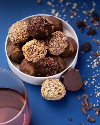 La cremosidad, suavidad de su textura y lo extraordinario de sus notas, hacen de ellas una experiencia inolvidable.  #Kahkow #KahkowLovers #ChocolateArtesanal #TrufasBrugalLeyenda #ChocolateDominicano
